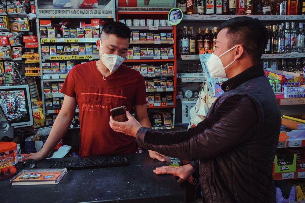 Terénny pracovník Hoang Van Tien chodí medzi Vietnamcov do ich obchodov či na tržnice.