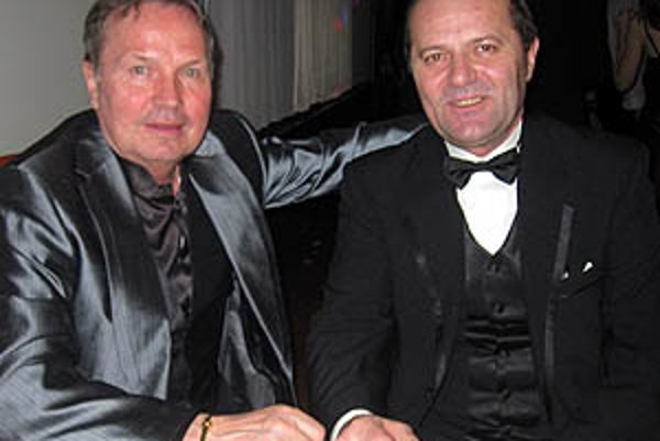 Ladislav Gádoši (vpravo) s čestným hosťom plesu, šéfom KR SFZ Dušanom Krchňákom.