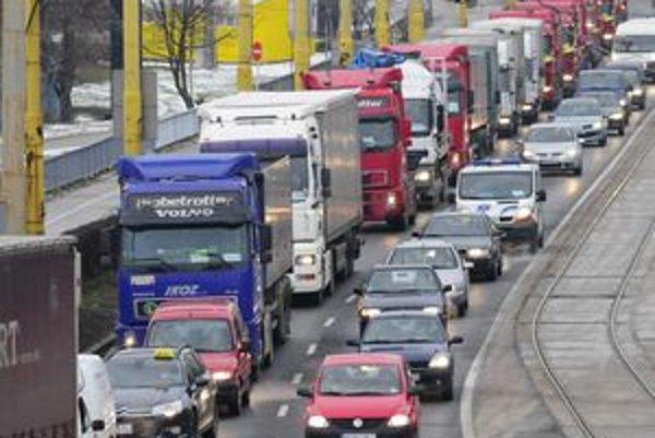Kamiónom chcú župani zatrhnúť prejazd krajskými fotkami.