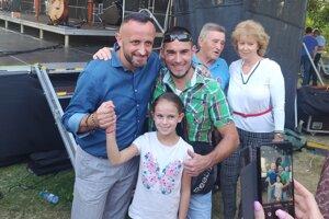 Ondrej Kandráč sa fotí s fanúšikmi počas Nesvadských dní.