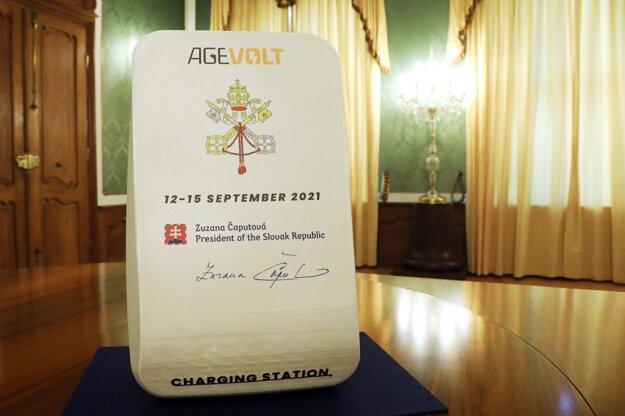 Súčasťou jej darov sú tiež nabíjacie stanice pre elektromobily, ale aj medicínske vybavenie pre vatikánsky fond.