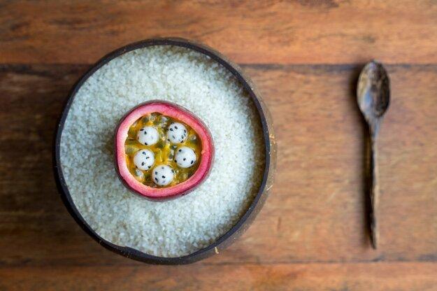 Vojtech Végh verí, že varenie bez odpadu, keď sa využívajú listy, šupky aj stonky, je chutnejšie. Na snímke marakujový krém s pitahayou.