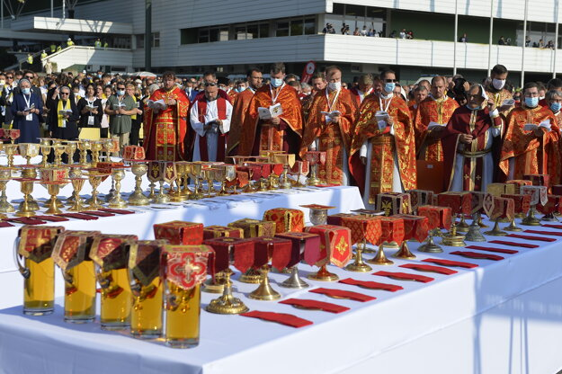Kňazi pred začiatkom omše pred Mestskou športovou halou v Prešove.