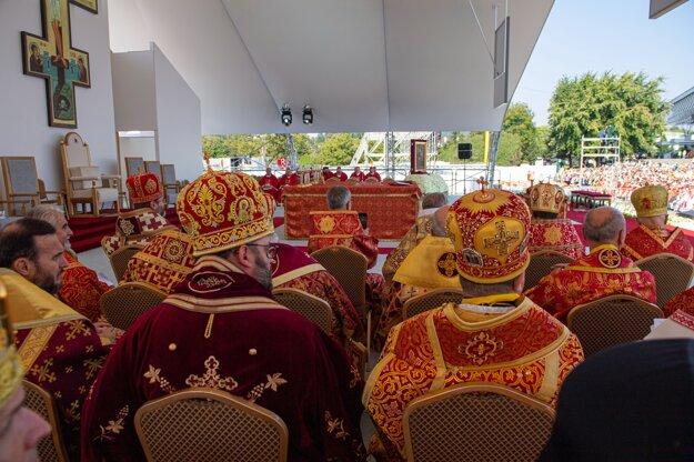 Pápež František slúži gréckokatolícku omšu pred Mestskou športovou halou v Prešove.