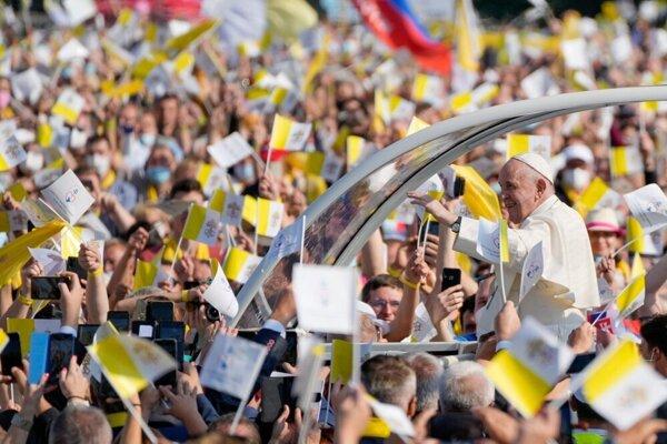 Pápež František pred Mestskou športovou halou v Prešove.