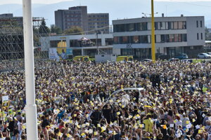 Pápeža Františka privítal v Prešove nadšený dav.
