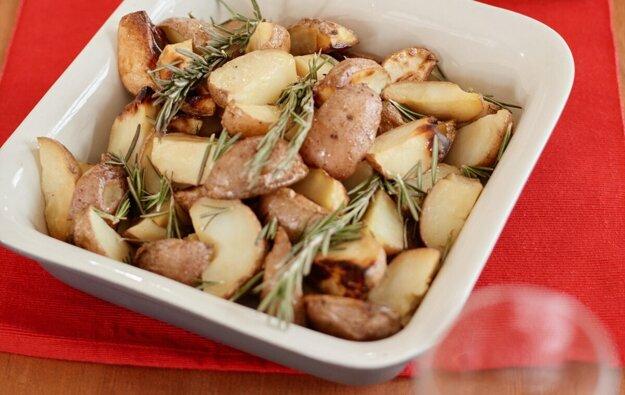 Varíme s Korzárom: Zemiakový šalát s čerstvými bylinkami, cesnakom a syrom. Recept nájdete po kliknutí na obrázok