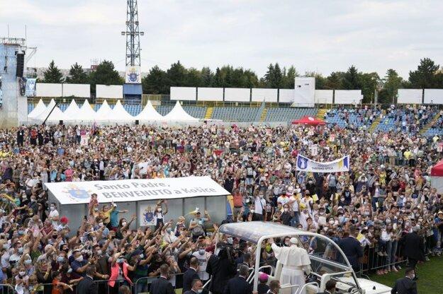 Príchod pápeža Františka na štadión Lokomotíva, kde sa stretol so spoločenstvami mladých veriacich.