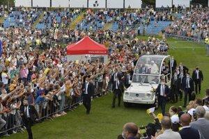 Pápeža si na futbalový štadión prišlo vypočuť približne 20-tisíc ľudí.