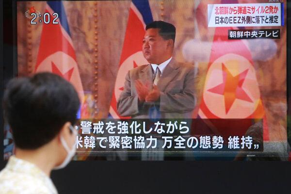 Na zábere z televízie severokórejský vodca Kim Čong-un sleduje testy balistických rakiet.