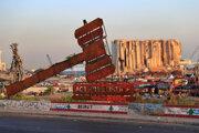 Monument pre spravodlivosť stojaci pred zničený bejrútskym prístavom.