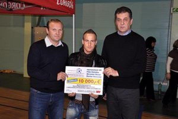 Miroslav Stoch a Milan Lednický spolu s primátorom Jozefom Dvončom osobne odovzdali spolu desaťtisíc eur tým, ktorí to naozaj potrebujú.