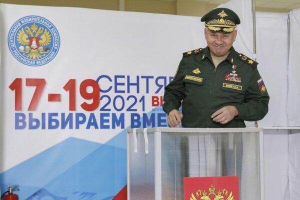 Hlasujúci ruský minister obrany Sergej Šojgu.