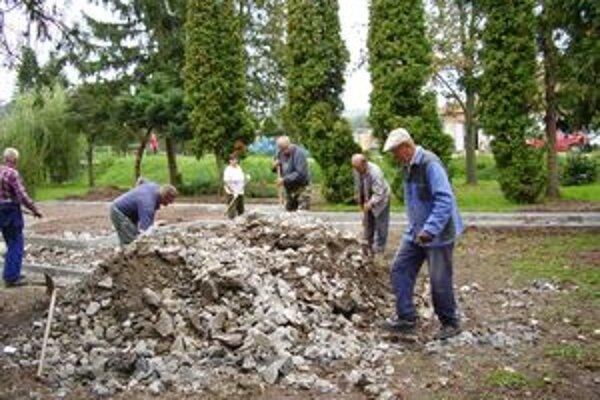Seniori získali peniaze na park, aj v ňom dobrovoľne brigádovali.