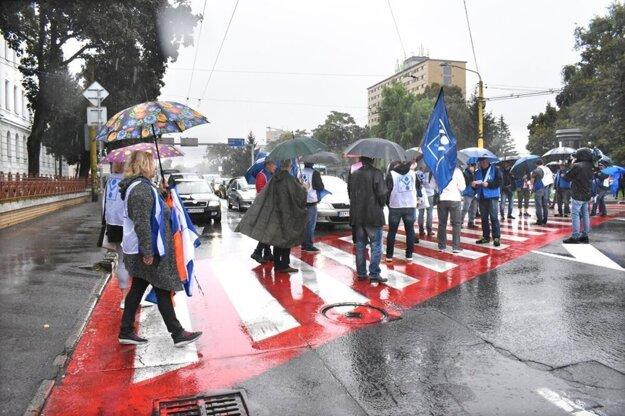 Zablokovali cestu v centre Košíc, autá v kolónach trúbili.