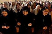 Sýrske pravoslávne sestry počas modlitieb.