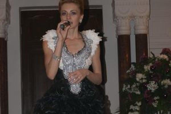 Mária Čírová na benefičnom koncerte spievala v modeli Roba Bartolena.