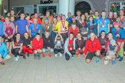 Spoločná fotka účastníkov nočného behu vDolnom Kubíne.