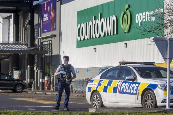 Policajt hliadkuje pred nákupných mextrom v Aucklande.