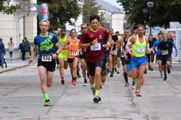 Matej Shieber (č.34) od štartu pretekov diktoval tempo.