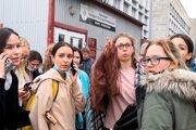 Študenti na mieste streľby.