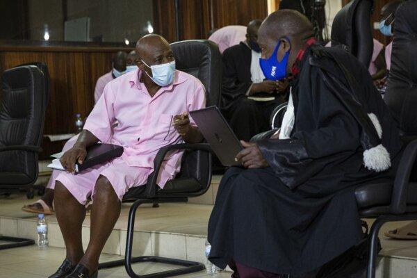 Paul Rusesabagina so svojim advokátom počas procesu v Kigali.