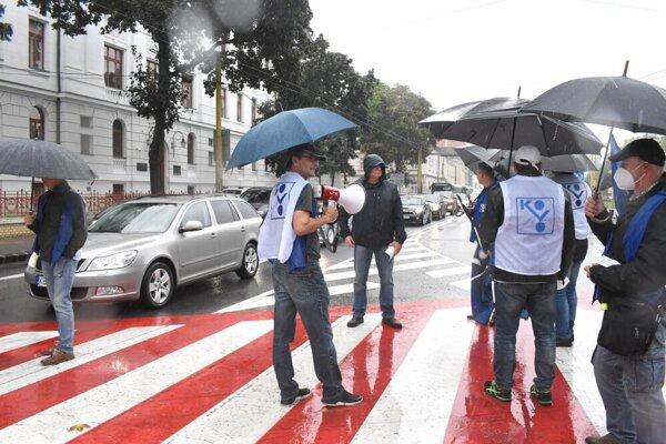 Odborári takto v piatok blokovali dopravu v Košiciach, v stredu pokračujú v Poprade.