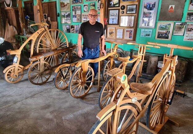 Ján Hančin so svojimi bicyklami z dreva.