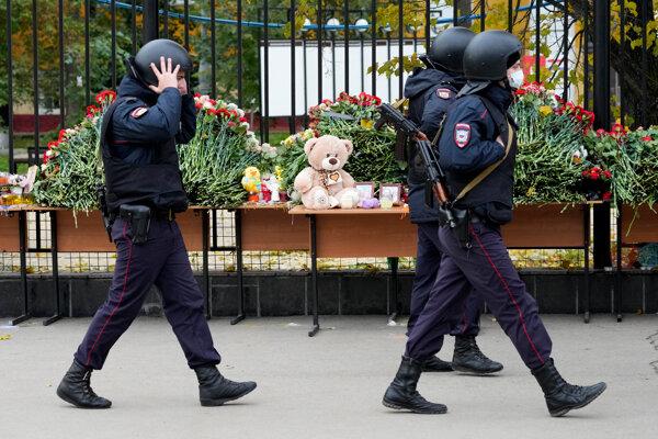 Policati pred areálom Permskej štátnej univerzity kde sa útok odohral.