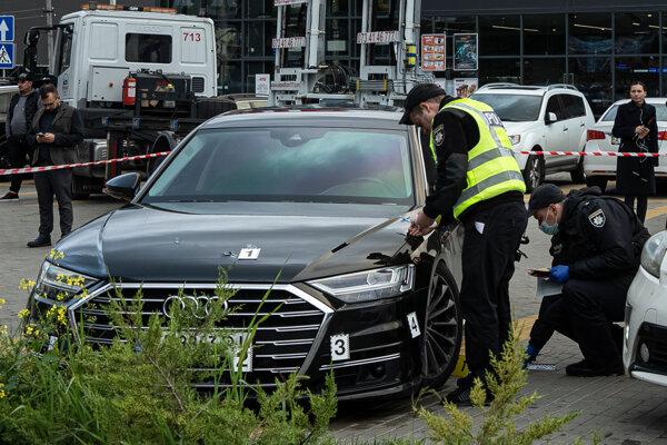 Ukrajinská polícia zbiera dôkazové materiály z auta Šefira, na ktoré strieľali útočníci.