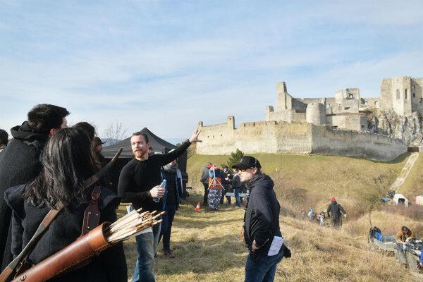 Z nakrúcania piatej série seriálu Van Helsing na Slovensku. Nakrúcalo sa v roku 2020 na hrade Beckov. Muž so zdvihnutou rukou je režisér a producent série Morris Chapdelaine.