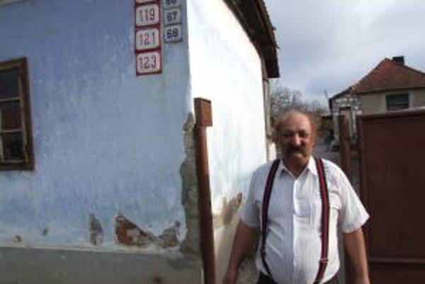 Július Banda pred svojim domom krátko po tom, čo v neďalekej volebnej miestnosti odovzdal hlas dvom súperiacim kandidátom na post primátora Zlatých Moraviec.