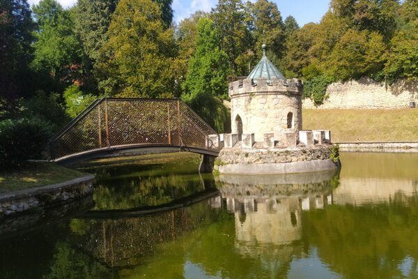 Jazierko a rotunda pri Bojnickom zámku.