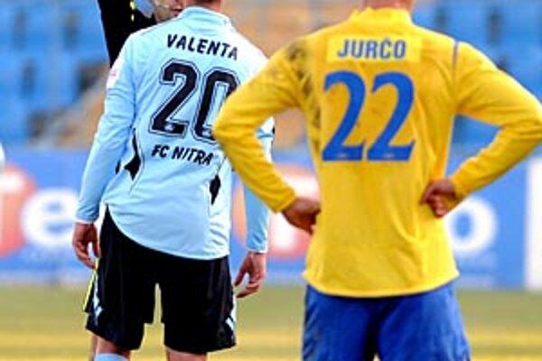 Róbert Valenta práve dostáva prvú žltú kartu od rozhodcu Smoláka.