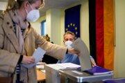 Volička hlasuje v nemeckých parlamentných voľbách 2021 vo volebnej miestnosti v Berlíne.
