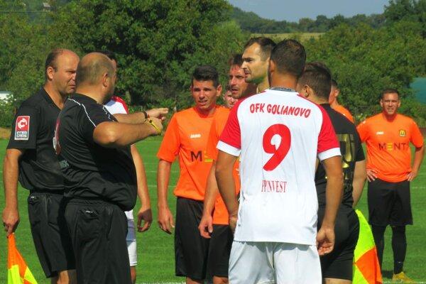 V šlágri medzi Hosťovou a Golianovom boli v 51. minúte udelené dve červené karty.
