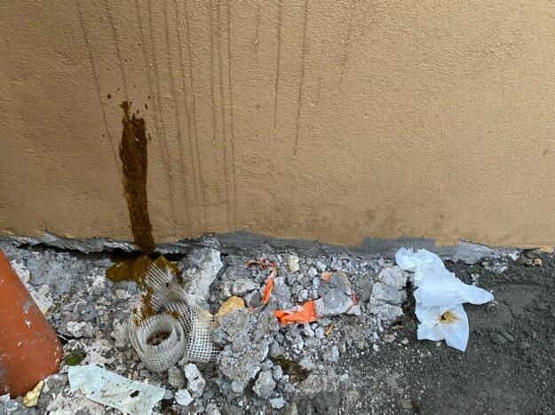 Fasádu kaplnky niekto úmyselne poškodil.