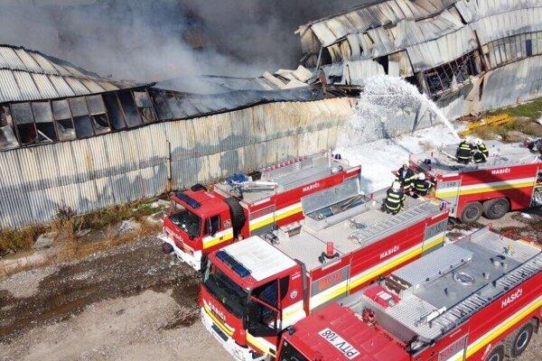 Požiar vypukol v nedeľu, aj po 24 hodinách tam stále horelo.