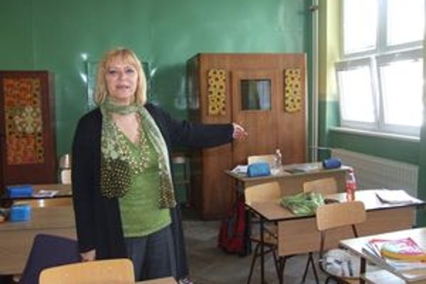 Zástupkyňa Markéta Šutková nám ukazuje, kde policajti našli páchateľa. Bol učupený v rohu triedy, pri skrini.