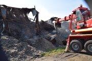 Hasiči z dôvodu silnejšieho vetra vykonávajú monitoring požiariska, dohášajú skryté ohniská a vykonávajú likvidačné práce.