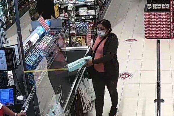 Táto žena akože kupovala plienky.