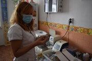 Zdravotná sestra Marianna Čurová z ambulancie humenského pediatra Petra Polakovského ukazuje vakcínu na preočkovanie 12-ročných detí.