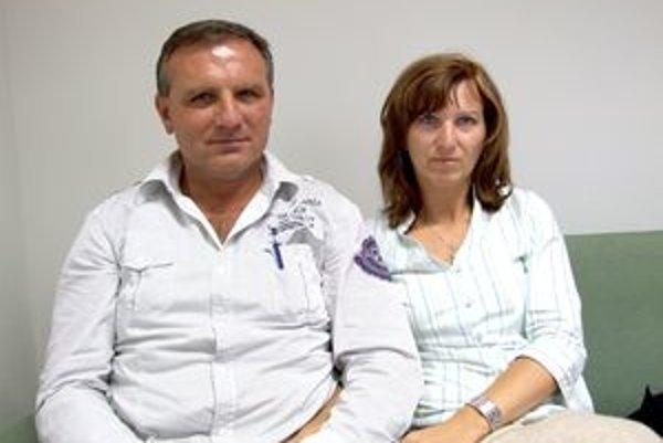 Jozef Bódi s manželkou u advokáta krátko po tom, ako si začiatkom septembra prevzal druhé predvolanie na výkon trestu.
