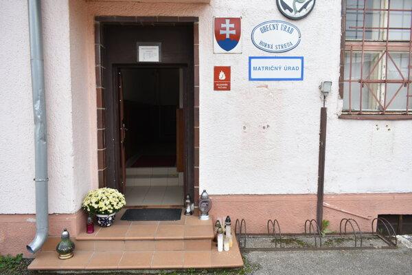 Pri vstupe do obecného úradu sa nachádzajú vence a sviečky, venované zosnulému starostovi obce Horná Streda.