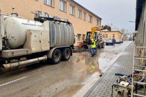 Rozsiahla porucha vodovodného potrubia na Belopotockého ulici vlani skomplikovala pred Vianocami život mnohým obyvateľom mesta.