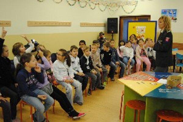 Školáci diskutujú v Centre voľného času s policajtami o alkohole a cigaretách.