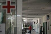 Ľudia v štátnej nemocnici v bulharskom meste  Veliko Tarnovo 2. septembra 2021.