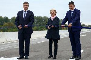 Zľava chorvátsky premiér Andrej Plenkovič, predsedníčka Európskej komisie Ursula von der Leyenová a  bosniacky premiér Zoran Tegeltija.
