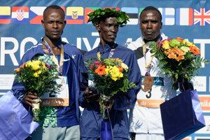 ajrýchlejší bežci na stupni víťazov Albert Kipkosgei Kangogo (Keňa), Reuben Kiprop Kerio (Keňa) a Hiribo Shano Share (Etiópia).