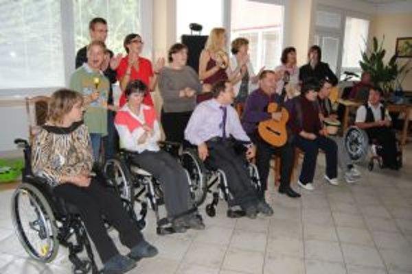 Juraj (s gitarou v strede) chodí na prednášky na univerzitu do Brna.